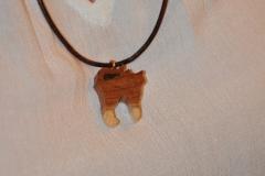 individueller Halsschmuck aus Holz