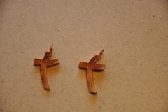 modern geformtes Kreuz als Halsschmuck