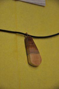 Halsschmuck aus Holz