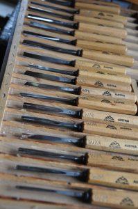 eine Auswahl an Schnitzmessern zum Figurenschnitzen